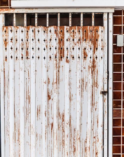 Vieux détail détaillé de la porte en magasin en alliage d'acier texturé brun rouillé vintage vintage Photo Premium