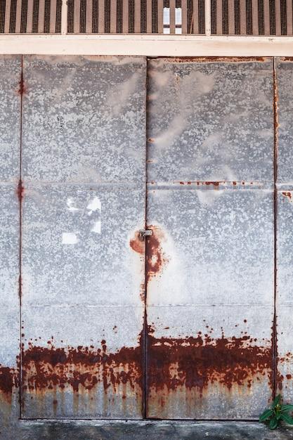 Vieux détaillé détaillé ans rouillé brun rouge texturé en alliage de zinc feuille de métal porte extérieure de la porte Photo Premium