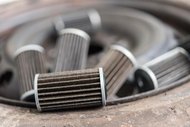 Vieux filtre à huile de moteur lubrifiant au garage Photo Premium