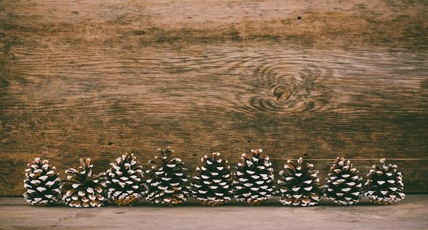 Vieux Fond En Bois Avec Des Cônes De Sapin. Le Concept De Noël Du Nouvel An Photo Premium