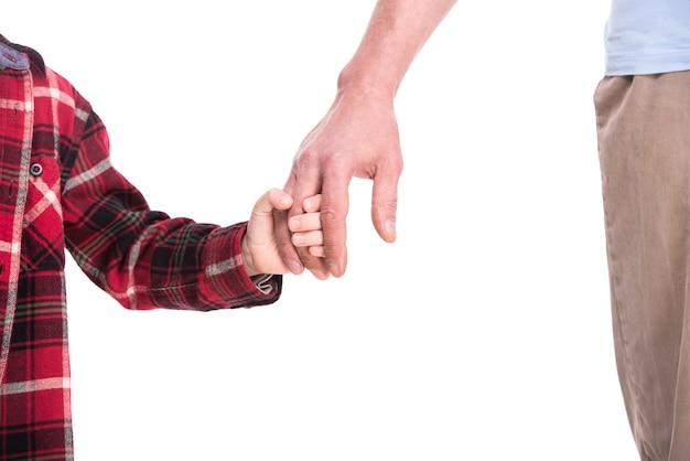 Vieux et jeunes mains du père et de l'enfant. Photo Premium
