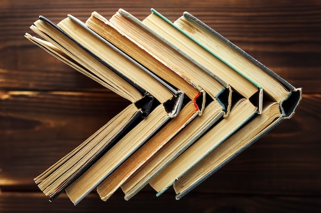 Vieux livres d'affilée sur un fond en bois Photo Premium