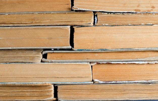 Vieux livres aux couvertures froissées et déchirées. Photo Premium