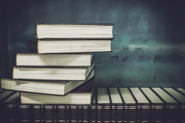 Vieux livres sur une étagère Photo Premium