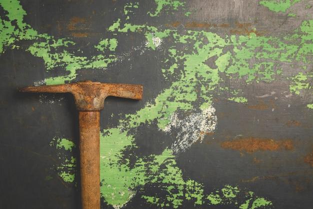 Vieux marteau égratigné sur une surface métallique Photo Premium