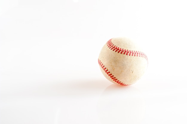 Vieux matériel de sport de baseball sur fond blanc Photo Premium