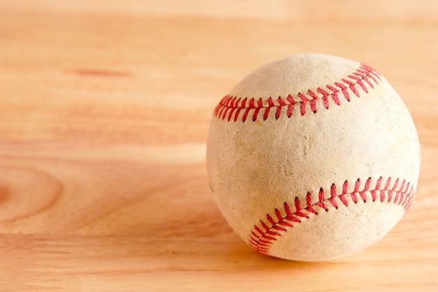 Vieux matériel de sport de baseball sur fond de bois Photo Premium