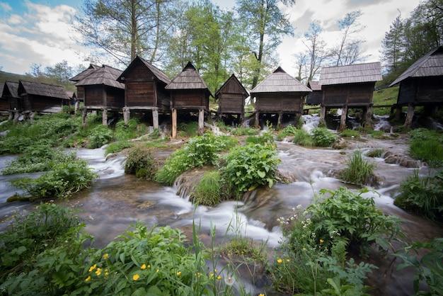 Vieux moulins à eau en bois sur la rivière Photo Premium