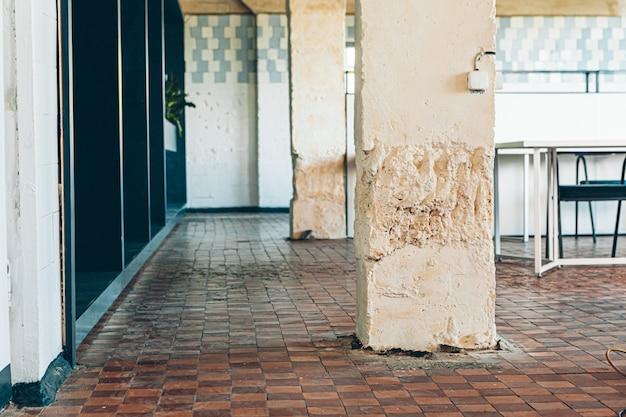 Vieux mur carrelé utilisé dans un intérieur de loft moderne Photo Premium