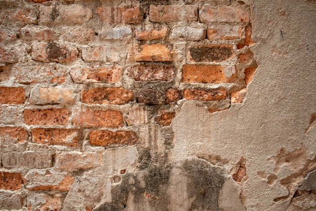 Vieux mur a été détruit, construit en briques rouges. Photo Premium