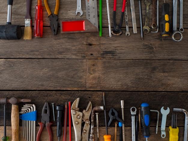 Vieux outils sur une table en bois Photo Premium