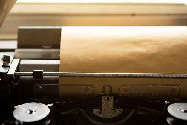 Vieux papier brun et machine à écrire vintage. Photo Premium