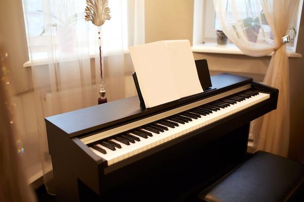 Vieux piano dans l'ancienne maison. la chambre est de style vieilli. intérieur de la maison. Photo Premium