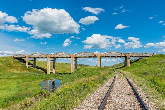 Le vieux pont en béton de scotsguard, en saskatchewan, avec des voies de chemin de fer en dessous Photo Premium