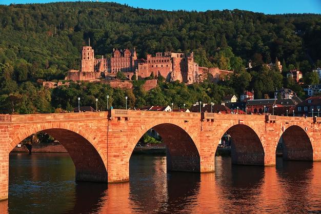 Le vieux pont à heidelberg, en allemagne Photo Premium