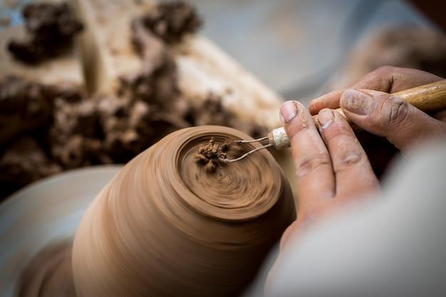 Vieux potier créant un nouveau pot en céramique Photo Premium