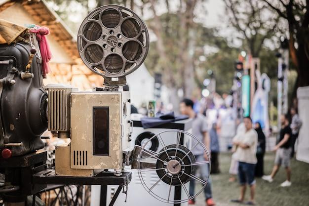 Le vieux projecteur de film analogique rotatif dans une salle de cinéma en plein air Photo Premium