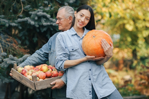 Vieux Senior Dans Un Jardin D'été Avec Petite-fille Photo gratuit