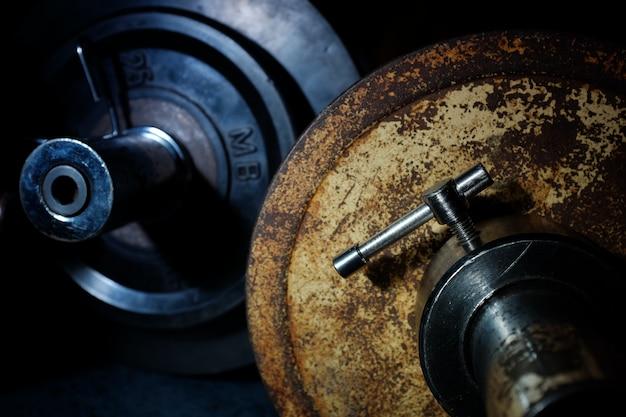 Vieux sports fer des crêpes dans la salle de gym. Photo Premium