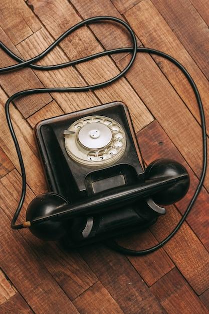 Vieux Téléphone Noir Sur Le Sol, Vintage Photo Premium