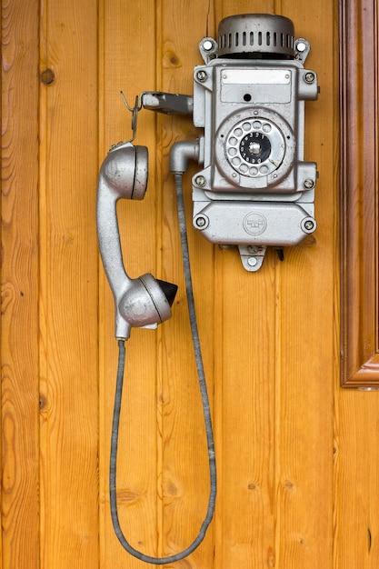 Vieux Téléphone, Rétro, Vieux Téléphone. Accroché Sur Un Mur En Bois Photo Premium