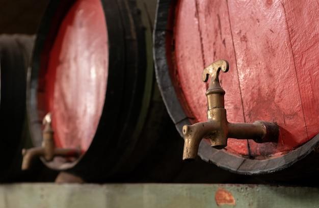 Vieux tonneaux de vin Photo Premium
