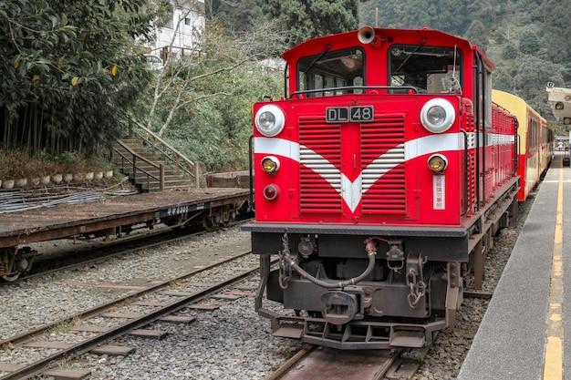 Le Vieux Train Rouge De La Ligne Alishan Est De Retour à La Gare De Chiyi Par Jour De Brouillard. Photo Premium