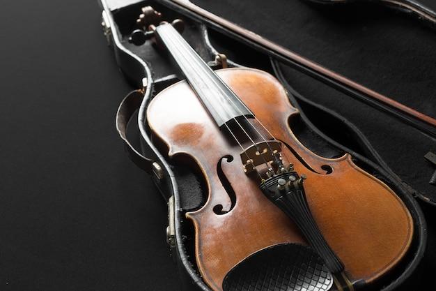 Vieux violon sur un fond noir Photo Premium