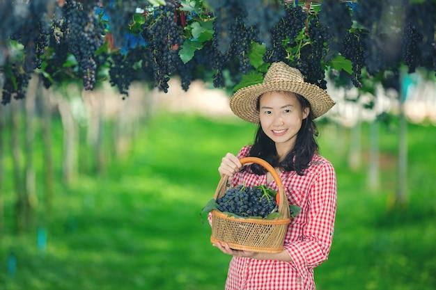 Les vignerons qui sourient et profitent de la récolte. Photo gratuit