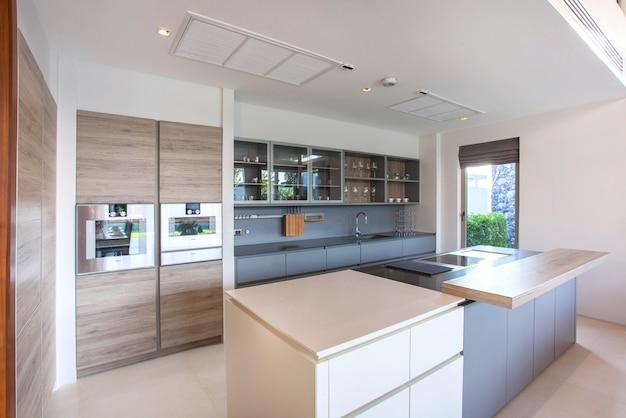 Villa de luxe design piscine intérieure dans la cuisine Photo Premium