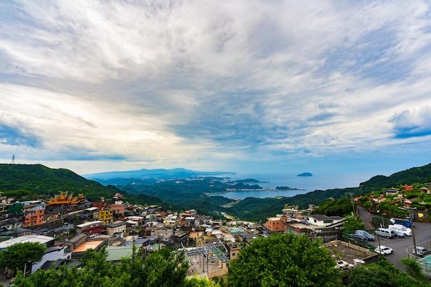 Village de jiufen avec montagne et mer de chine orientale, taiwan Photo Premium