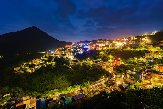 Village de jiufen avec montagne en pluie, taiwan Photo Premium