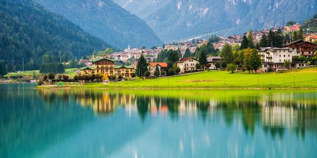 Village De Montagne à Auronzo Di Cadore, Italie Photo Premium