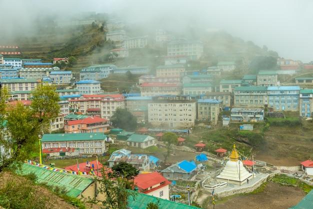 Village de namche bazaar sur le chemin du camp de base de l'everest, région de khumbu, himalaya au népal. Photo Premium