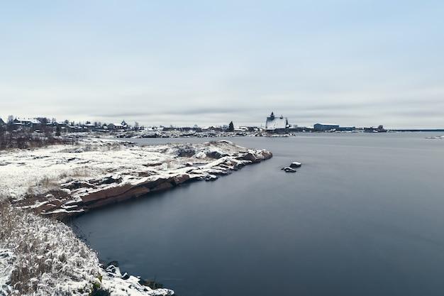 Village De Pêcheurs De Rabocheostrovsk Sur La Rive De La Mer Blanche à Marée Basse. Exposition Longue. Photo Premium