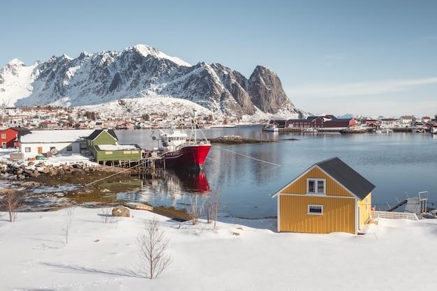 Village scandinave sur le littoral des îles lofoten Photo Premium