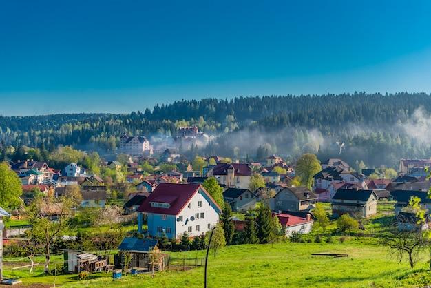 Village ukrainien coloré sur les collines de la montagne le matin Photo Premium