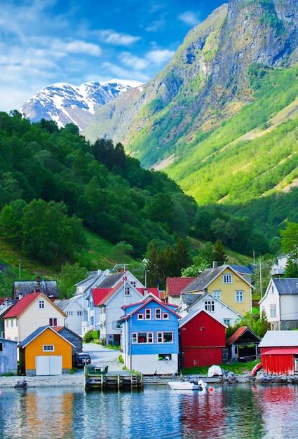 Village et vue sur la montagne dans le fjord de geiranger, norvège Photo Premium