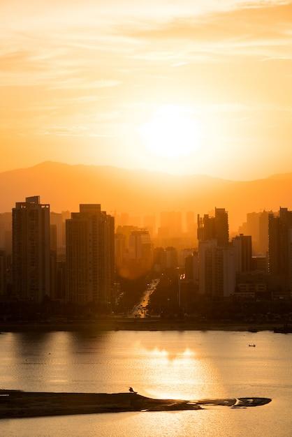 Ville au chaud coucher de soleil Photo Premium