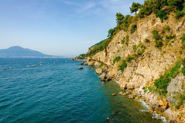 Ville côtière du sud de l'italie vico equense sur la mer tyrrhénienne Photo Premium