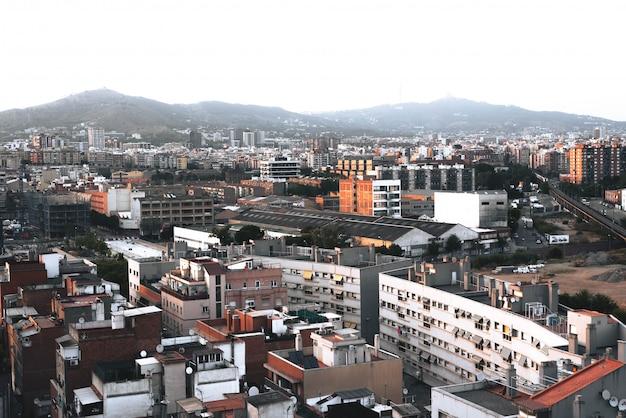 Ville européenne pleine de bâtiments dans l'après-midi Photo Premium