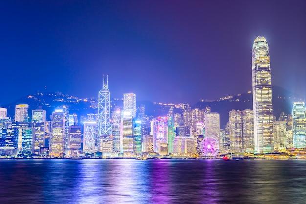 Ville avec de grands bâtiments de loin Photo gratuit