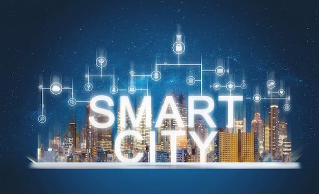 Ville intelligente et technologie du bâtiment. bâtiments de réalité augmentée avec médias en ligne et icônes d'applications réseau sur tablette numérique Photo Premium
