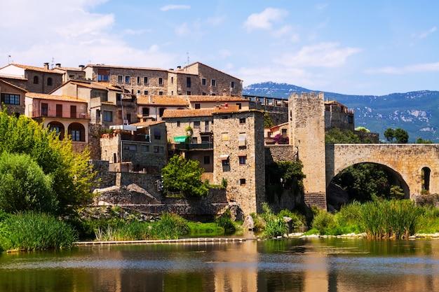 Ville Médiévale Sur Les Rives De La Rivière Photo gratuit