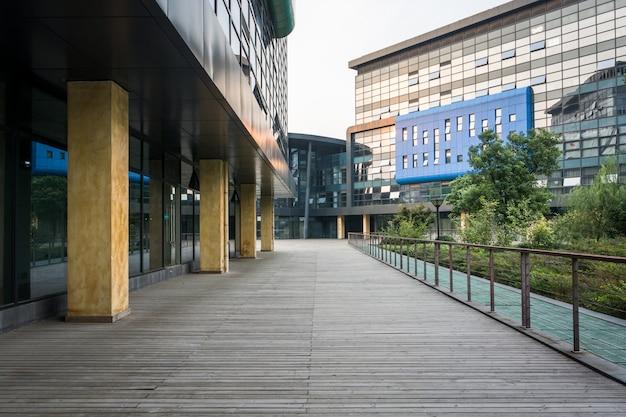 Ville moderne bâtiment d'affaires et sol vide Photo Premium
