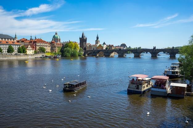 Ville de prague avec vue sur le pont charles à prague, en république tchèque Photo Premium