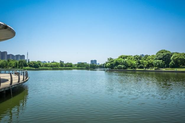 Ville près du lac Photo gratuit