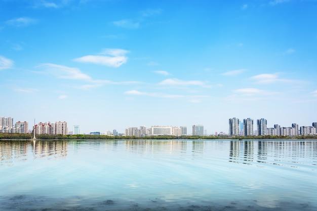 Ville reflète dans un lac Photo gratuit