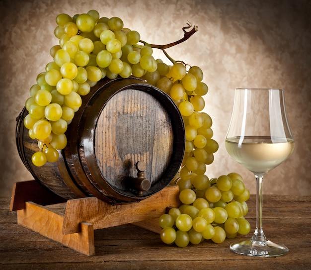 Vin blanc aux raisins et au tonneau. Photo Premium