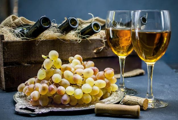 Vin blanc sec deux verres de vin boissons alcoolisées. concept de vinification maison Photo Premium
